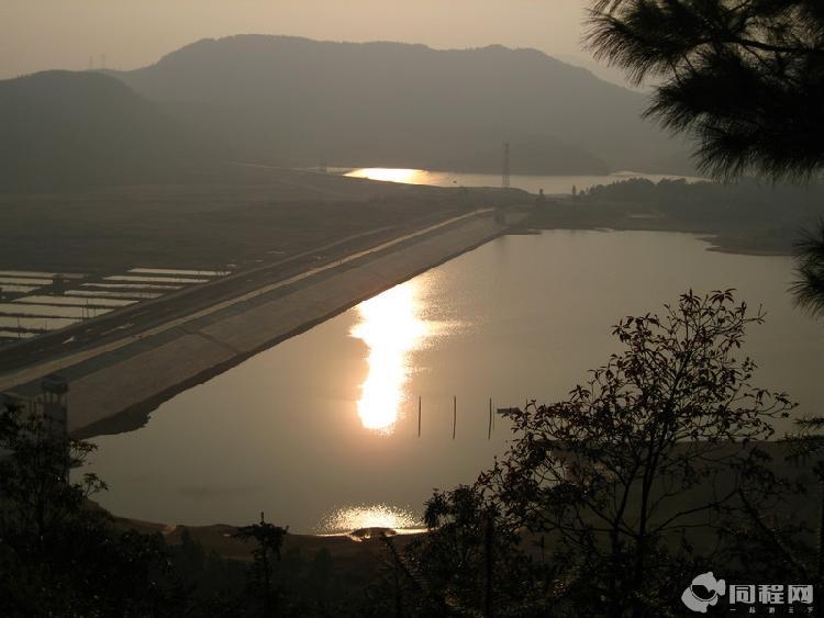 翠峰亭里看梦山水库的风景