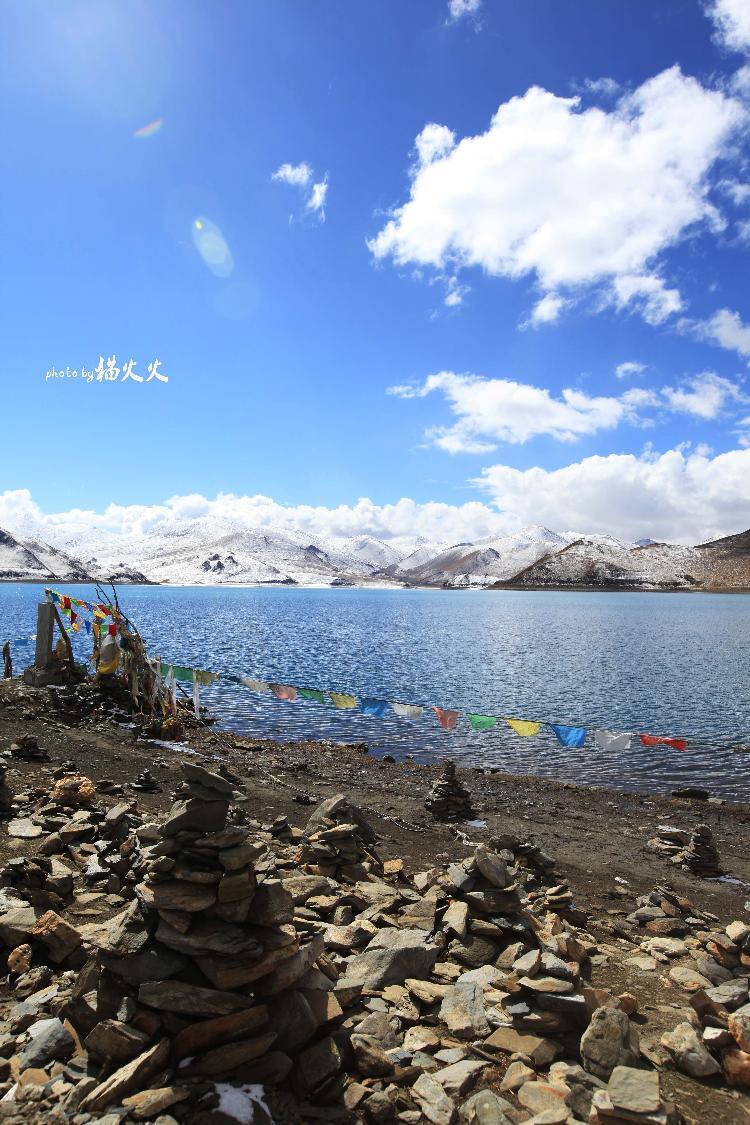 湖的形状近似长方形,东西长70多千米,南北宽30多千米,面积1920多平方