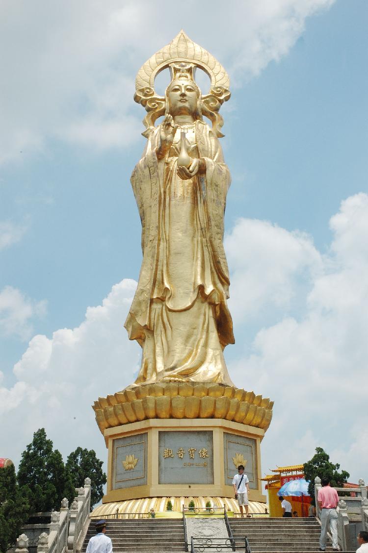 米望海观音金像,霞披狮海,光泽南天,是目前箔金铜像的世界之最,很是