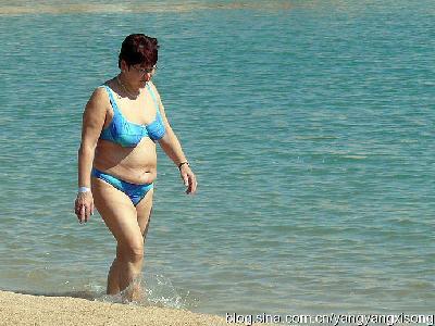 步的中年女人图片